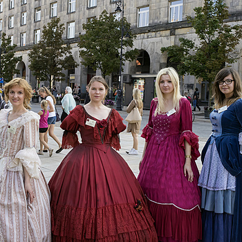 Townswomen wearing period costumes (Varsovienses Festi Dies) | CARL ZEISS JENA VARIO-PANCOLAR 2.7-3.5/35-70 M42 <br> Click image for more details, Click <b>X</b> on top right of image to close