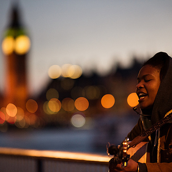 singer on london south bank | ZEISS APO SONNAR F2 135MM