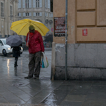 Umbrella man | ZEISS VARIO-TESSAR 16-70MM F4 ZOOM