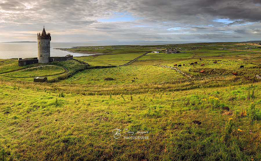 Doonagore tower, 16th-century tower house, Doolin, County Clare, Irlande. | ZEISS DISTAGON F1.4 35MM <br> Click image for more details, Click <b>X</b> on top right of image to close