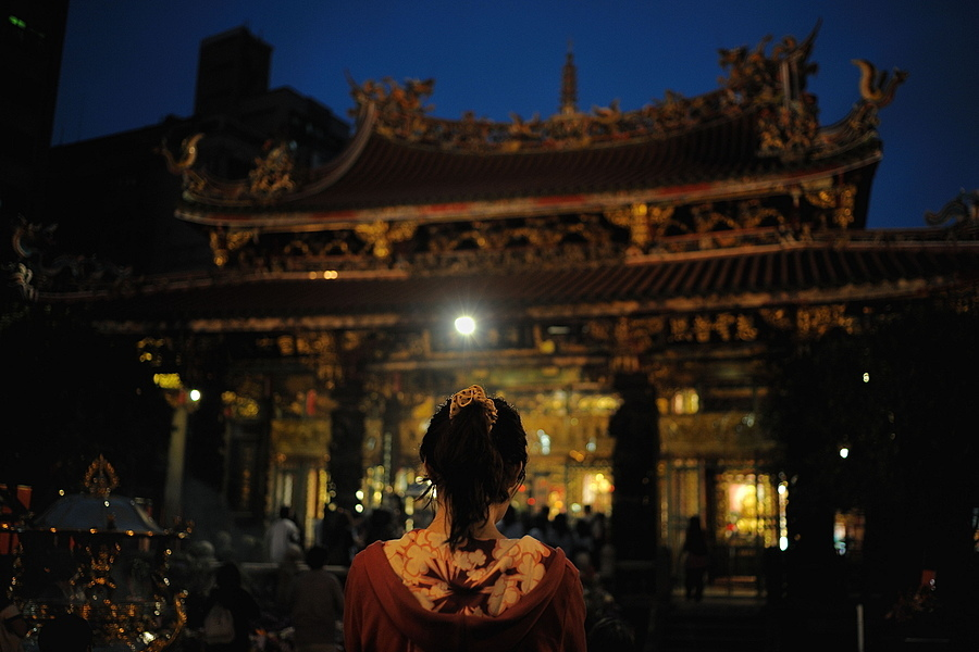 Praying, Longshan temple, Taipei | ZEISS DISTAGON F2.0 35MM <br> Click image for more details, Click <b>X</b> on top right of image to close
