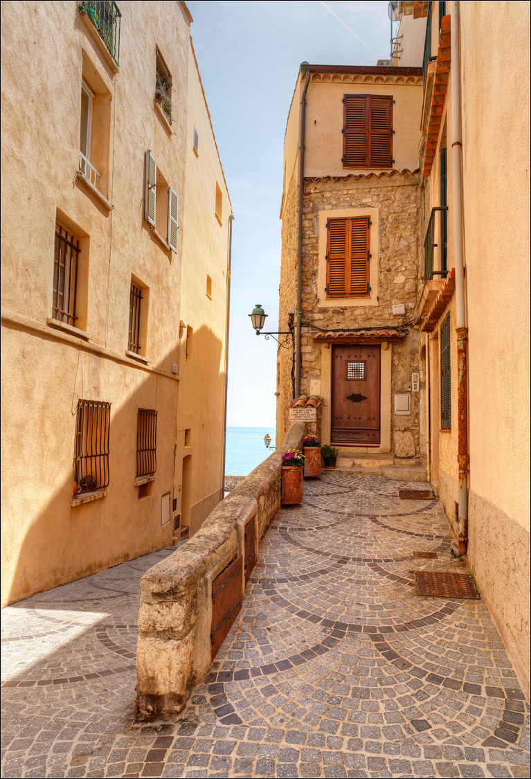 Vieille Ville, Antibes, Cote d'Azur | ZEISS DISTAGON F2.8 21MM <br> Click image for more details, Click <b>X</b> on top right of image to close