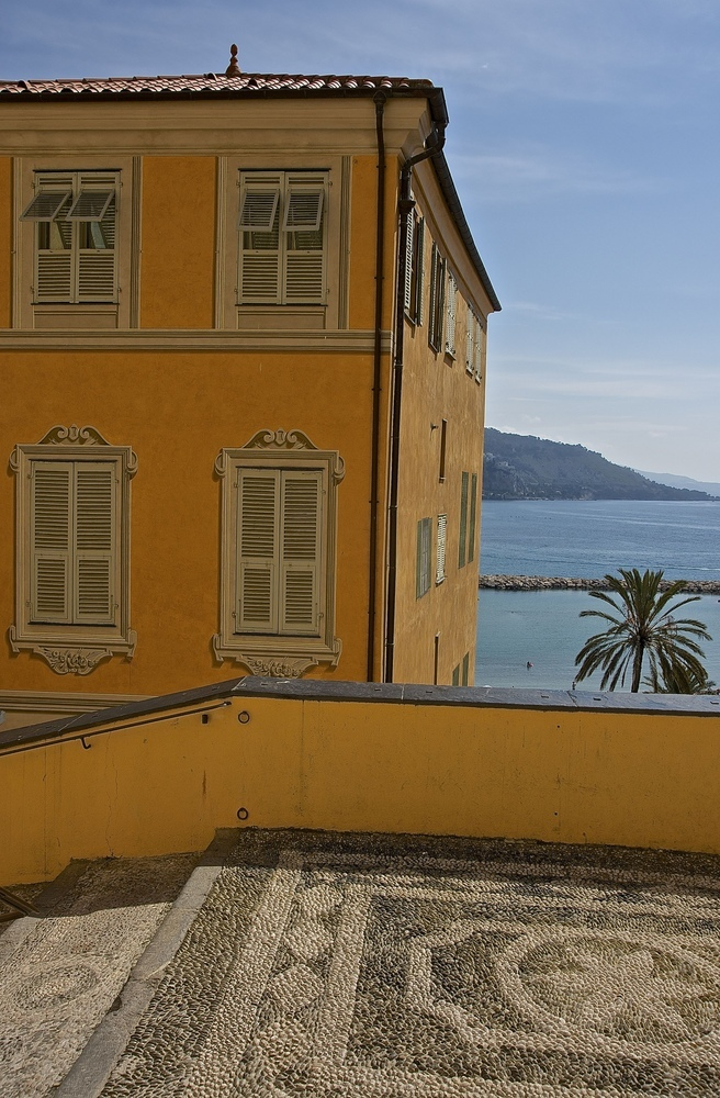 La Méditerranée vue de l'escalier de la basilique St. Michel, Menton | ZEISS ZA VARIO-SONNAR DT F3.5-F4.5 16-80MM <br> Click image for more details, Click <b>X</b> on top right of image to close