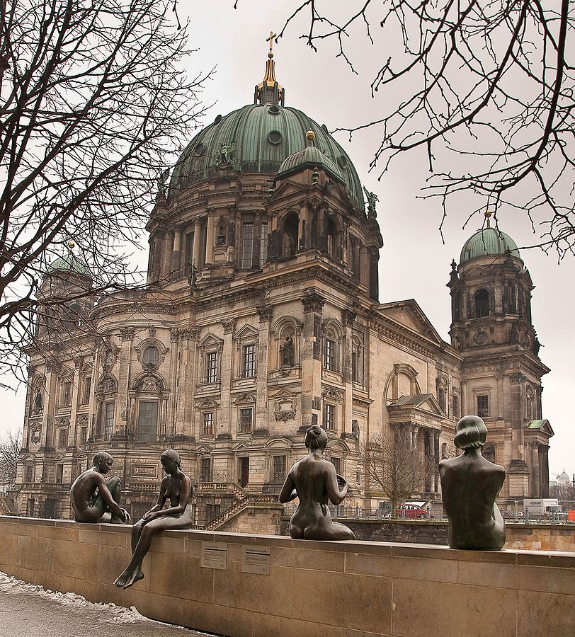 Drei Mädchen und ein Knabe; Berliner Dom | ZEISS ZA VARIO-SONNAR DT F3.5-F4.5 16-80MM <br> Click image for more details, Click <b>X</b> on top right of image to close