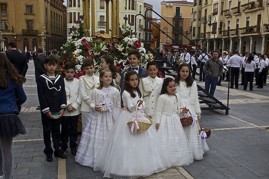 Participants in the Corpus Christi procession, May 29, Leon | LENS MODEL NOT SET <br> Click image for more details, Click <b>X</b> on top right of image to close