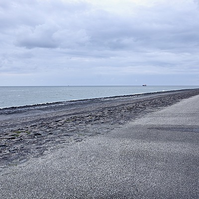 The seawall at Westkapelle | SONY DT 16-50MM F2.8 SSM (SAL1650)