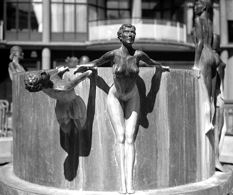 Fountain Girls | ZEISS F PLANAR 2.8/80 <br> Click image for more details, Click <b>X</b> on top right of image to close