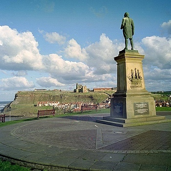 Captain Cook overlooks Whitby. | ZEISS CF DISTAGON 4/50